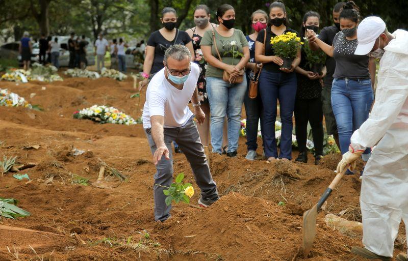 Brasil registra 3.829 novas mortes por Covid-19 e total supera 340 mil