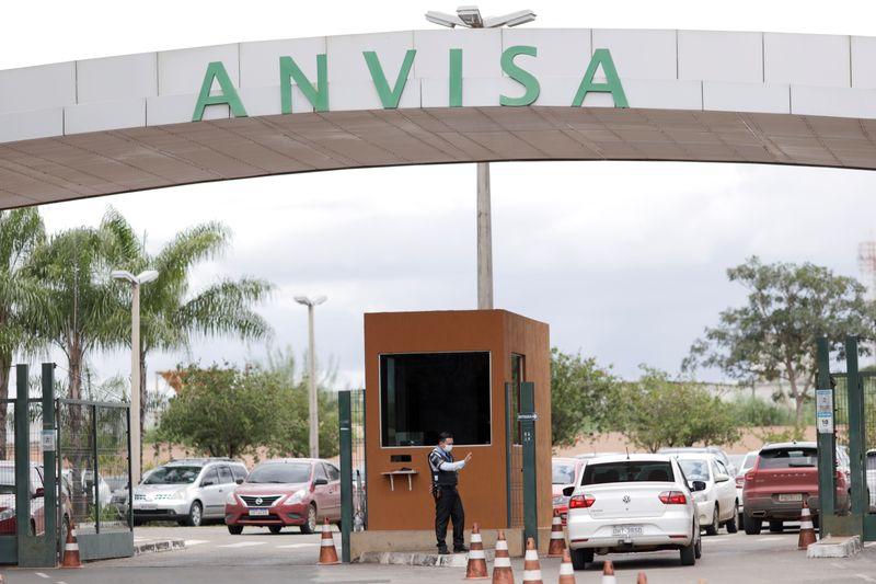 Líder de Bolsonaro na Câmara culpa Anvisa por atraso na vacinação contra Covid