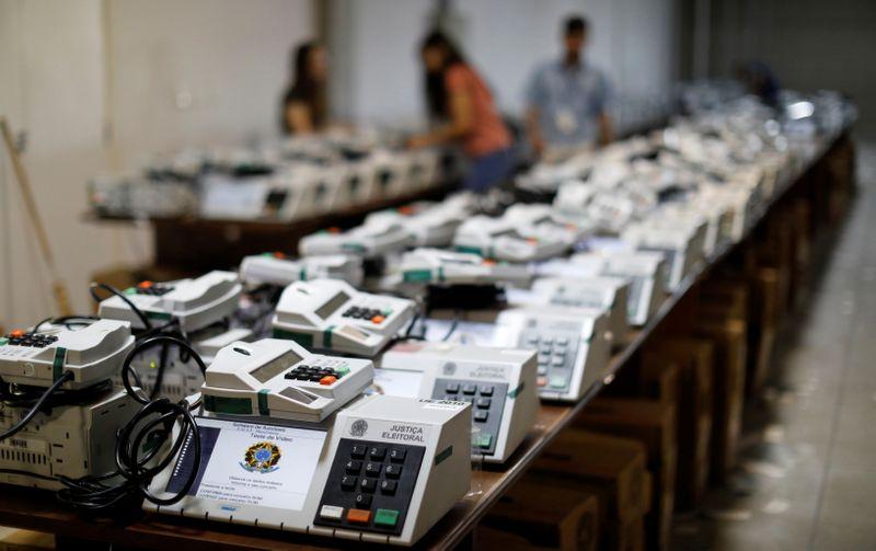 """Presidentes de 8 partidos expressam """"total confiança"""" em sistema eleitoral do país"""