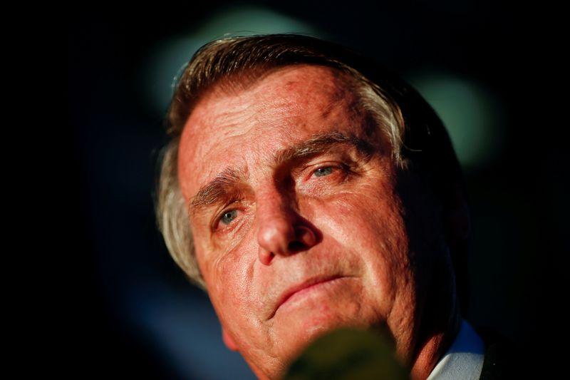 Bolsonaro reduz tom e afirma que sem voto impresso insistirá em contagem pública