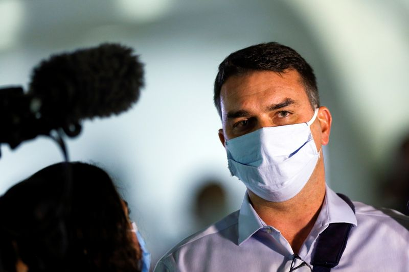 Até o momento a gente está tranquilo, diz Flávio Bolsonaro sobre saúde do pai