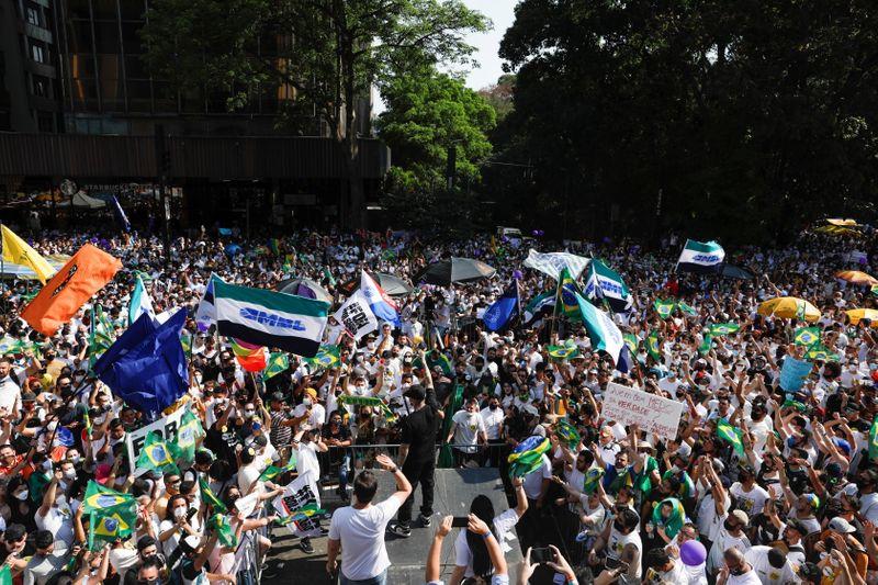 Milhares vão às ruas contra Bolsonaro e em apoio à terceira via