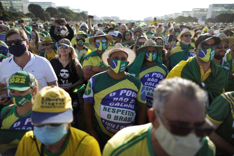 Bolsonaro diz que povo é o maior poder e volta a defender fim de restrições de circulação