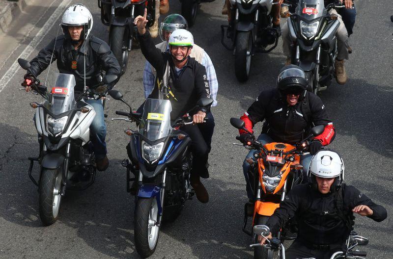 """Bolsonaro participa de """"motociata"""" no Rio e reitera que pode tomar medidas para garantir direitos"""