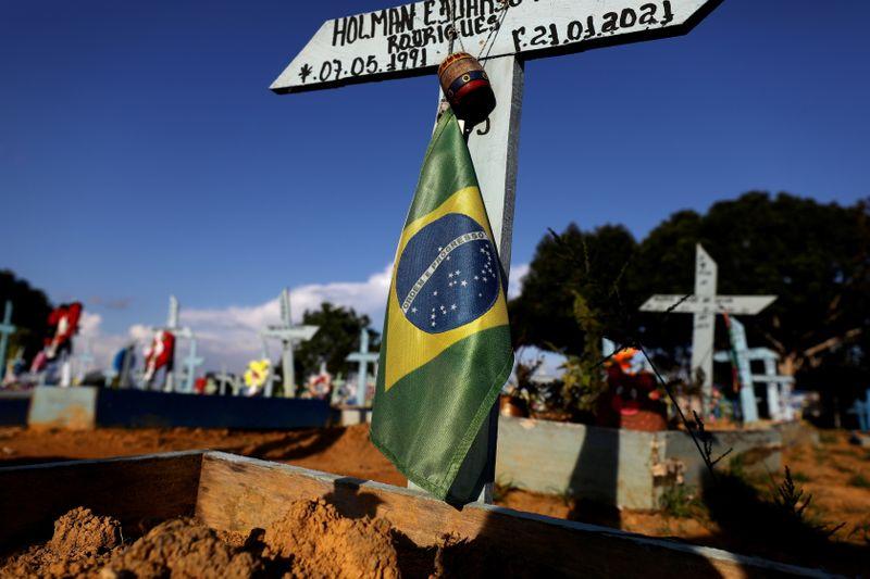 Brasil registra 2.723 novas mortes por Covid-19 e total se aproxima de 480 mil