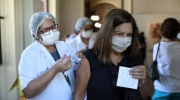 Rio vacinará todos adultos com 1ª dose contra Covid até 31 de agosto, diz Paes