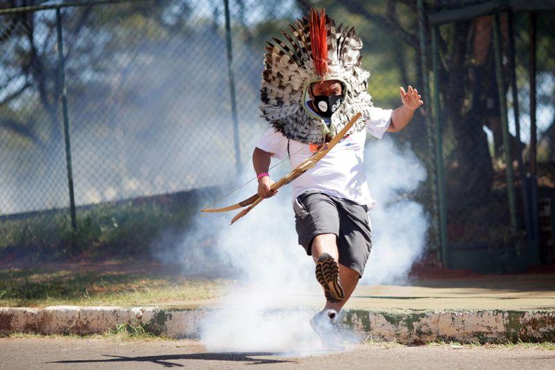 Indígenas e policiais entram em confronto na Câmara e votação de projeto sobre demarcação é cancelada