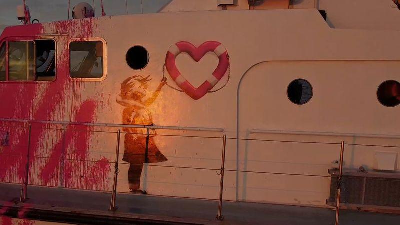 Artista de rua britânico Banksy financia barco de resgate de refugiados