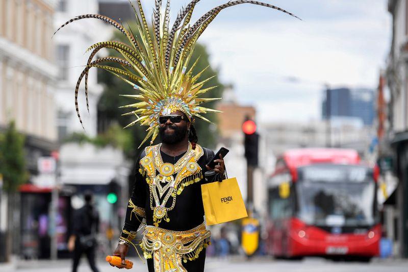 Foliões solitários animam ruas vazias em carnaval de Notting Hill