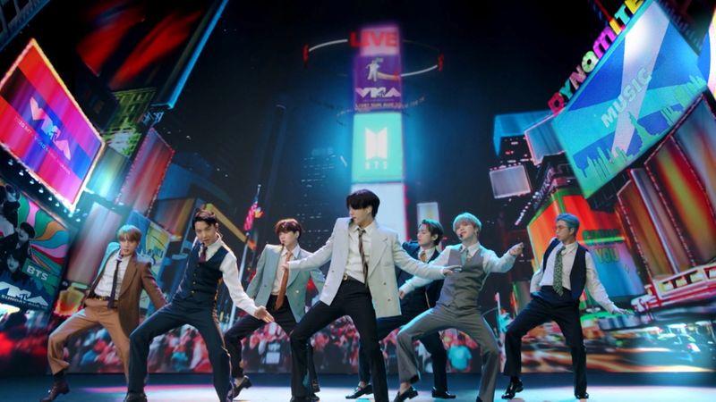 """Banda BTS coloca o K-Pop pela primeira vez no topo da Billboard com hit """"Dynamite"""""""