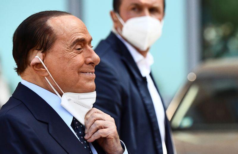 """Berlusconi deixa hospital após batalha """"perigosa"""" contra Covid-19"""