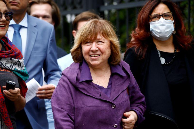 Escritora premiada com o Nobel deixa Belarus para receber tratamento médico na Alemanha