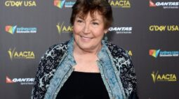 """Helen Reddy, cantora do hino feminista """"I Am Woman"""", morre aos 78 anos"""