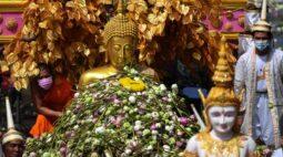 Chuva de flores marca fim da quaresma budista na Tailândia
