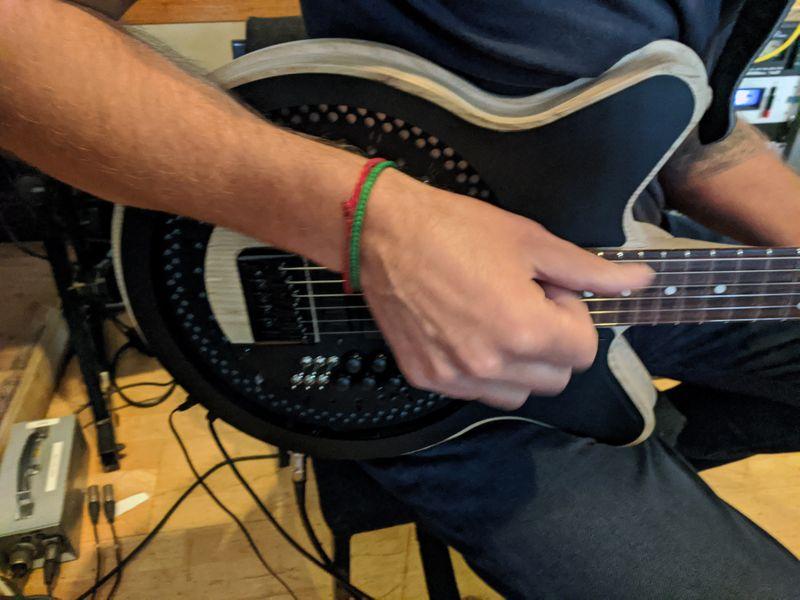 Guitarrista do Radiohead explora reformulação radical da guitarra elétrica
