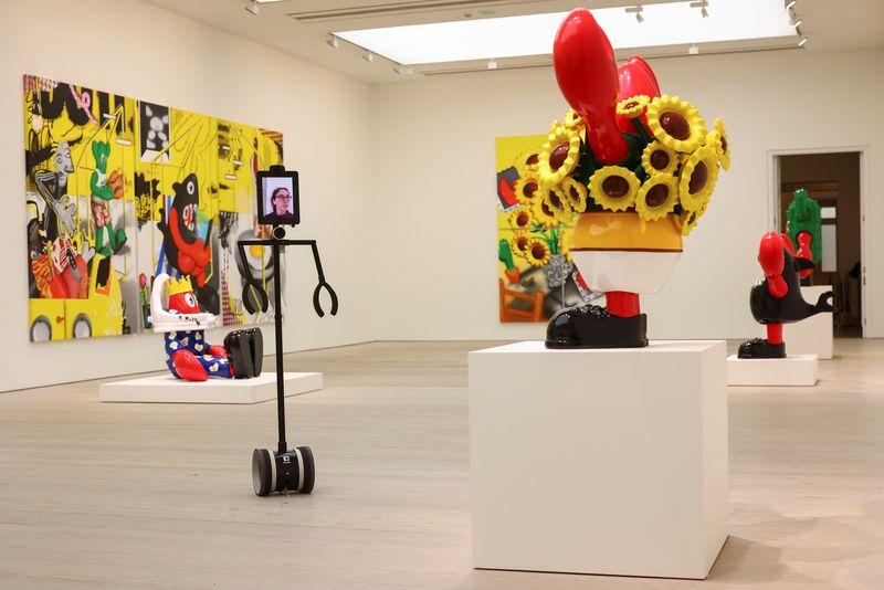 Robôs mediam visita particular a exibição de arte pop em Londres