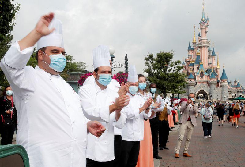 Segundo lockdown francês força Disneylândia de Paris a fechar de novo