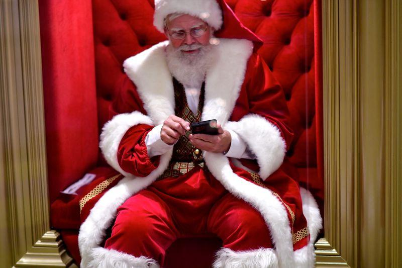 Barrado em shoppings e chaminés, Papai Noel entra nos lares via aplicativo