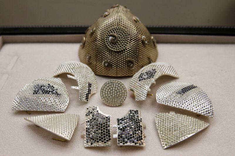 Colecionador de arte compra máscara mais cara do mundo, veja o preço