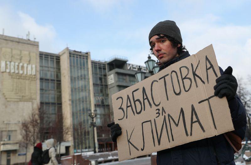 Jovem violinista organiza protestos solitários para pressionar Rússia sobre clima