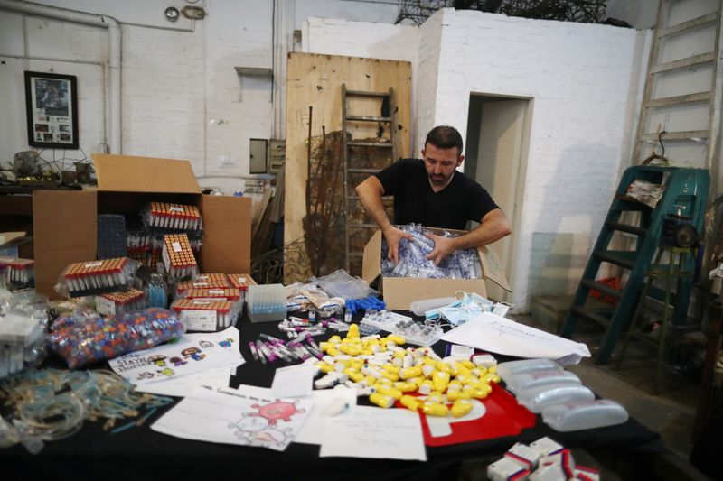 """""""Dor em beleza"""": escultor argentino transforma lixo da pandemia em arte"""