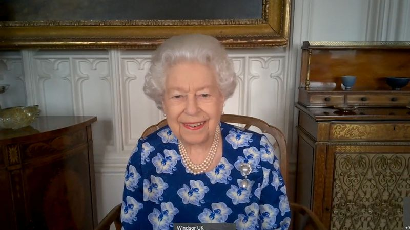 Rainha Elizabeth retorna às funções públicas após lockdown