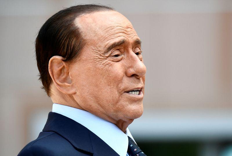 Berlusconi está hospitalizado desde 3ª-feira para exames, dizem fontes