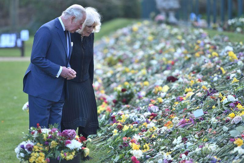 Rainha Elizabeth entra em debate sobre trajes de enterro do príncipe Philip