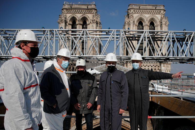"""Catedral de Notre-Dame está """"aguentando"""" dois anos após incêndio"""