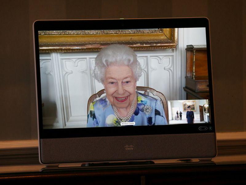 Rainha Elizabeth retorna ao trabalho após funeral do marido