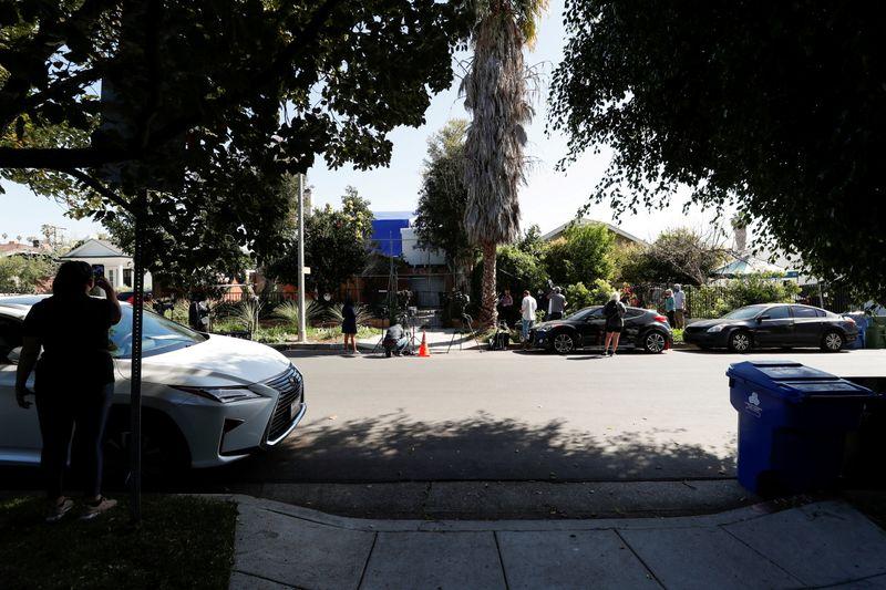 Polícia de Los Angeles anuncia prisão de 5 pessoas por roubo de cachorros de Lady Gaga