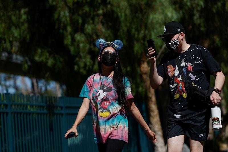 Disneylândia reabre na Califórnia, mas sem abraços no Mickey