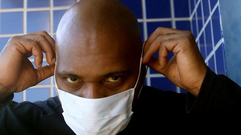 Negacionismo chegou dentro das favelas, diz rapper MV Bill