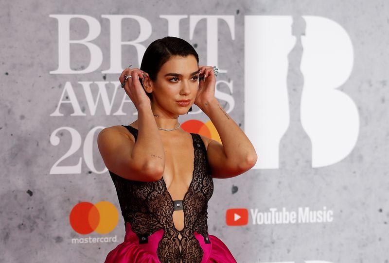 Pop stars e trabalhadores essenciais se reúnem no BRIT Awards em retorno da música ao vivo em Londres