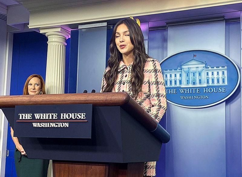 Em visita à Casa Branca, cantora Olivia Rodrigo pede que jovens se vacinem