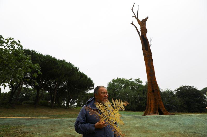 Ai Weiwei apresenta árvore de ferro gigante para alertar pessoas do que podem perder