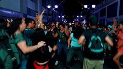Moradores de Caracas aproveitam música e comida de rua em flexibilização do confinamento