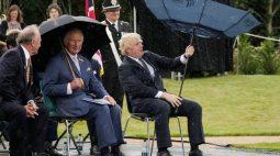 Confusão de premiê britânico com guarda-chuva diverte príncipe Charles