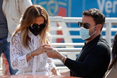 Ben Affleck chega a Veneza para apresentar novo filme ao lado de Jennifer Lopez