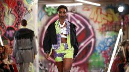 Desfiles coloridos retornam em Semana de Moda de Londres híbrida