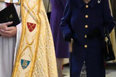 Rainha Elizabeth é vista usando bengala em evento público
