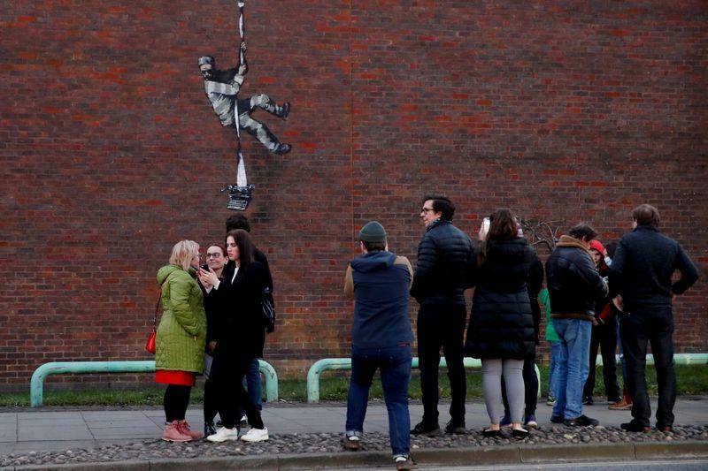 Banksy compartilha vídeo em que aparece criando obra