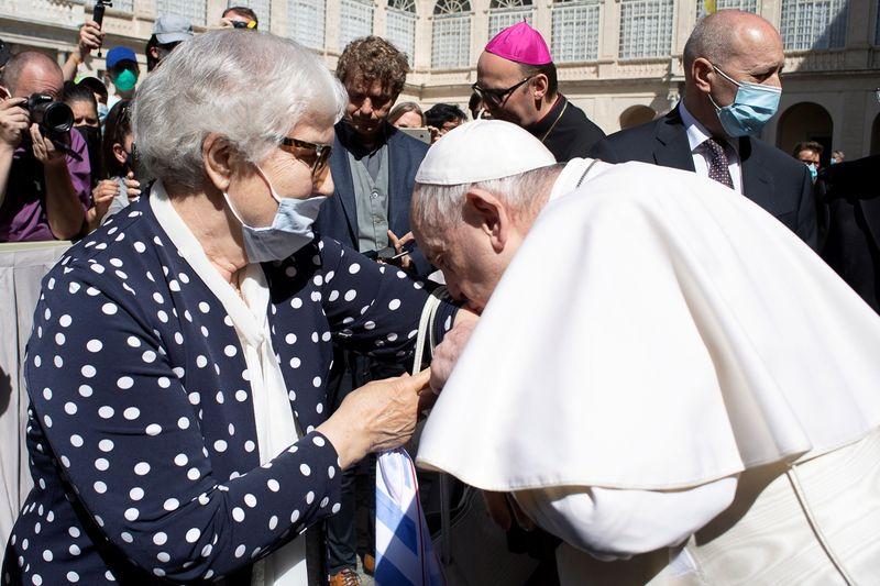 Papa beija tatuagem em braço de sobrevivente de campo de concentração