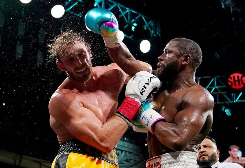 Logan Paul encarna Rocky em exibição com Floyd Mayweather sem vencedor