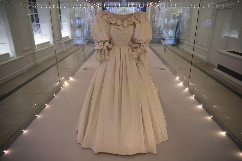 Trajes da realeza britânica, incluindo vestido de casamento de Diana, são exibidos em Londres