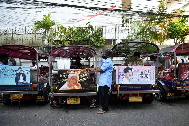 """Ativismo K-pop é salvação para motoristas de """"tuk-tuk"""" duramente atingidos na Tailândia"""
