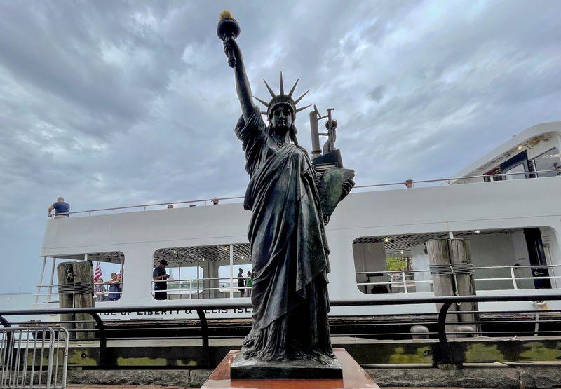 Mini Estátua da Liberdade refaz passos da irmã mais velha até o Porto de Nova York