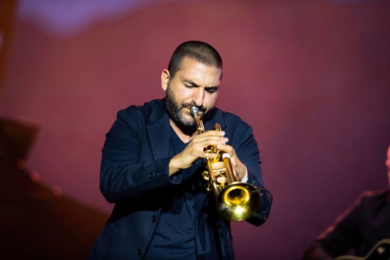 """Alpes suíços e veleiros são decoração """"mágica"""" para Ibrahim Maalouf no Festival de Jazz de Montreux"""