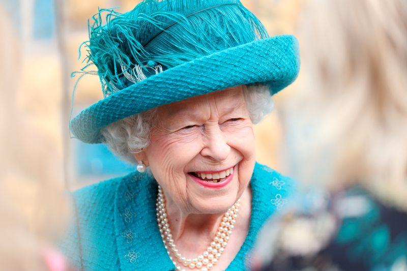 Rainha Elizabeth visita set de novela mais antiga do mundo