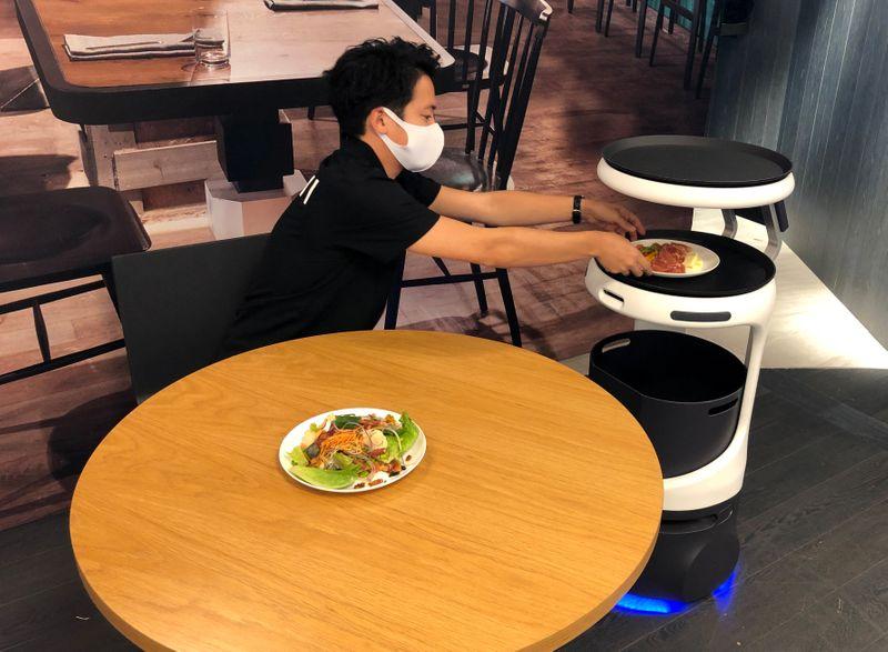 Softbank lança robô para setor de alimentação no Japão diante de escassez de mão de obra